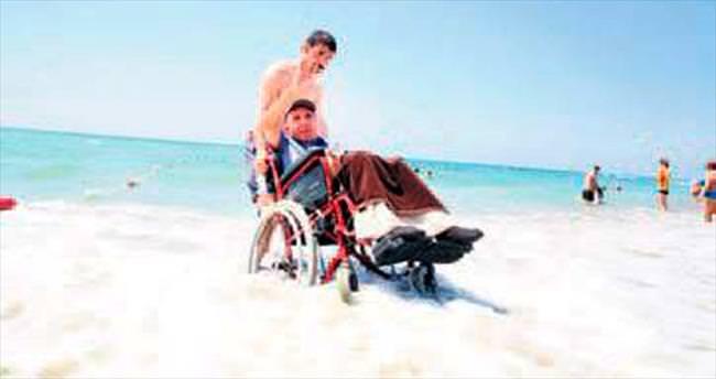 Engelliler denizle hasret giderdi