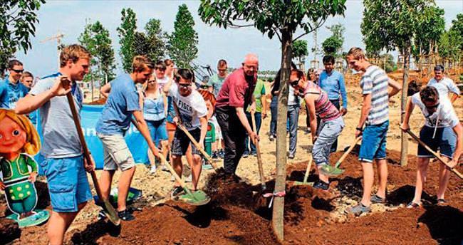 Hollandalı öğrenciler de EXPO2016'ya ağaç dikti