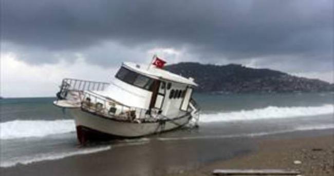 154 mültecinin bulunduğu tekne karaya vurdu
