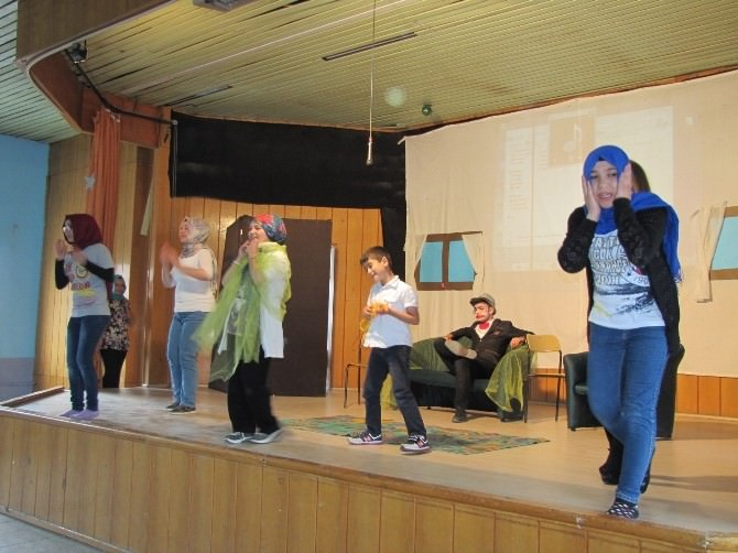 İlkokul Ve Lise Öğrencilerinin Karma Tiyatro Gösterisi