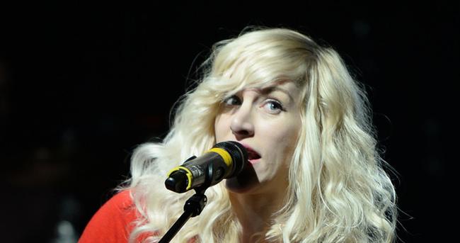 Kanadalı şarkıcı Sarah Blackwood uçaktan atıldı