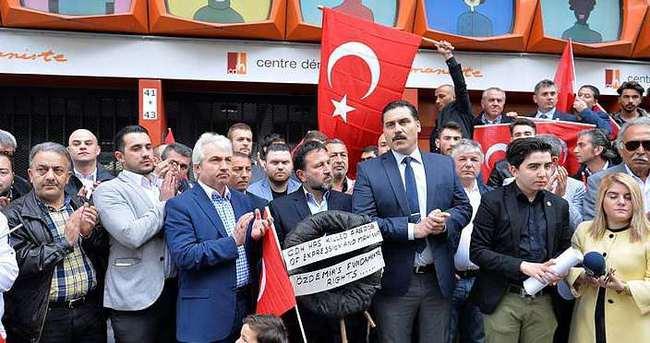 Mahinur Özdemir'i ihraç eden partiye siyah çelenk bıraktılar