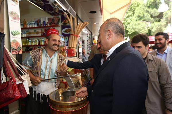 Bakan Çavuşoğlu'ndan Kuşadası'nda Esnaf Turu