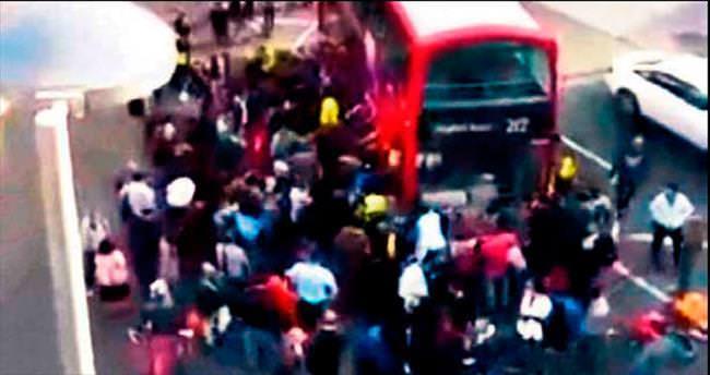 Otobüsün altından vatandaşlar çıkardı