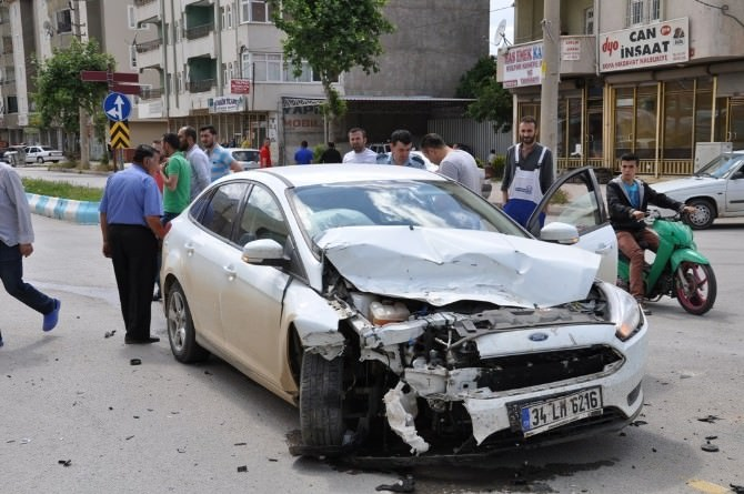 Tarım İşçilerini Taşıyan Kamyonetle Otomobil Çarpıştı: 5 Yaralı