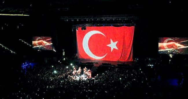 OneRepublic konserinde Türk bayrağı