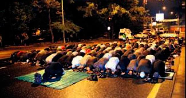 İsrail konutu önünde namaz