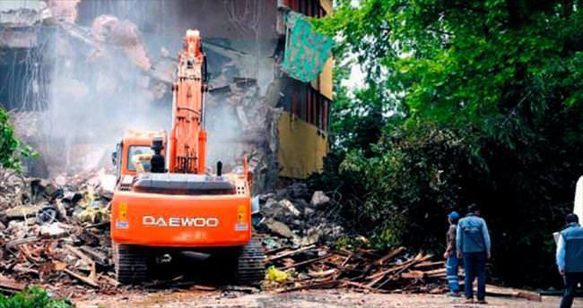 Yenimahalle'de tehlike saçan bina yıkılıyor