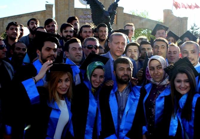(Özel Haber) Cumhurbaşkanı Erdoğan Mezuniyet Fotoğrafı Çektiren Öğrencileri Yalnız Bırakmadı