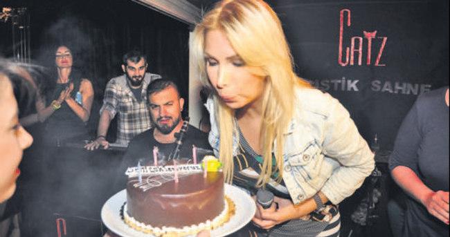 Tuğba Özerk yeni yaşını sahnede kutladı