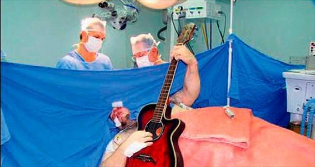 Beyin ameliyatında bol bol gitar çaldı