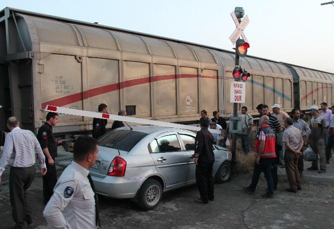 Elazığ'da Hemzemin Geçitte Kaza: 4 Yaralı