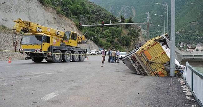 Yol çökünce park halindeki kamyon devrildi
