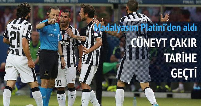 Cüneyt Çakır futbol tarihine geçti