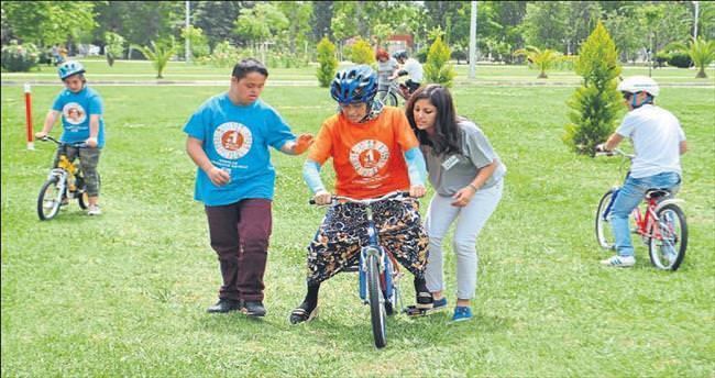 Down sendromlulara bisiklete binme kursu