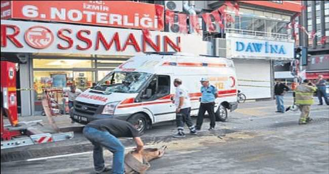 Konak'ta ambulans ile otomobil çarpıştı