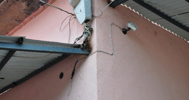 Caminin güvenlik kamerasını çaldılar!