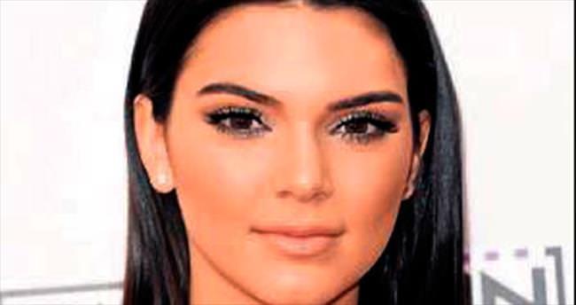 Kendall Jenner bugün podyumda