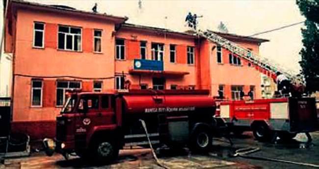 Yıldırım düşen okul çatısında yangın çıktı