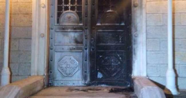 Kadıköy'de, kilisenin kapısı ateşe verildi