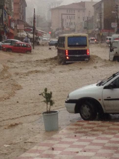 Sağanak Yağış Sonrası Ankara'da Araçlar Suya Kapıldı