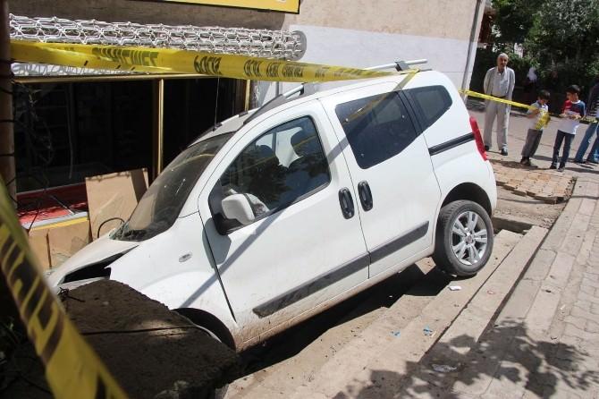 Babasının Arabasıyla Markete Daldı: 3 Yaralı