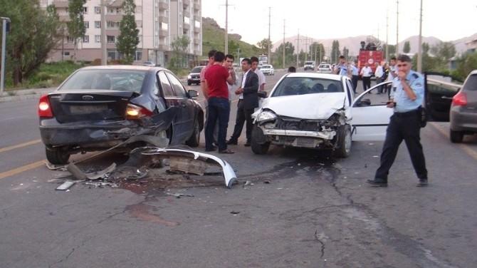Cenaze Konvoyunda 4 Araç Birbirine Girdi: 5 Yaralı