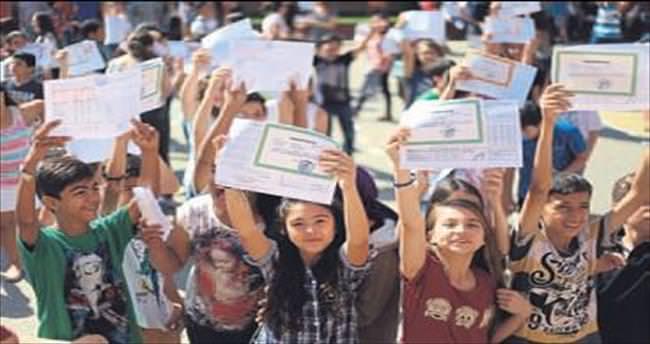 Okullarda karne heyecanı yaşandı