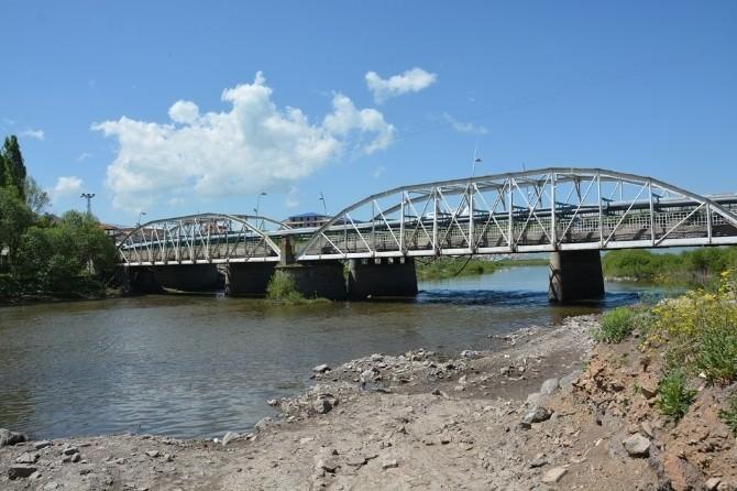 Tarihi Köprü Üzerindeki Ana Su Şebeke Hattın Değiştirildi