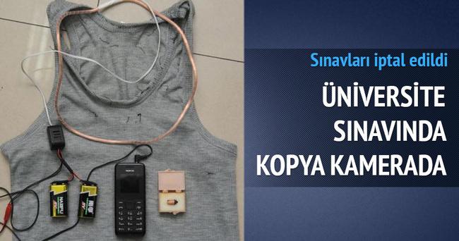 Üniversite sınavında telefonla kopya çeken öğrenciler kameraya yansıdı