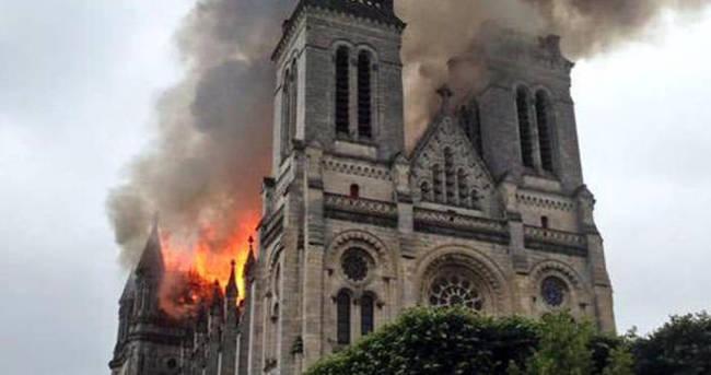 Fransa'daki Aziz Donatien Bazilikası'nda korkutan yangın