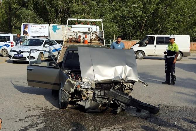 Kavşakta İki Araç Çarpıştı: 7 Yaralı
