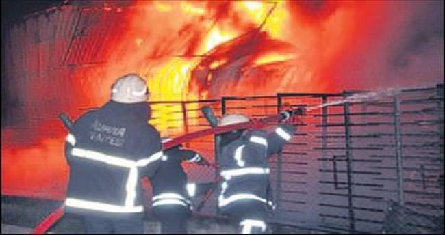Adana'da yangın fabrikayı kül etti