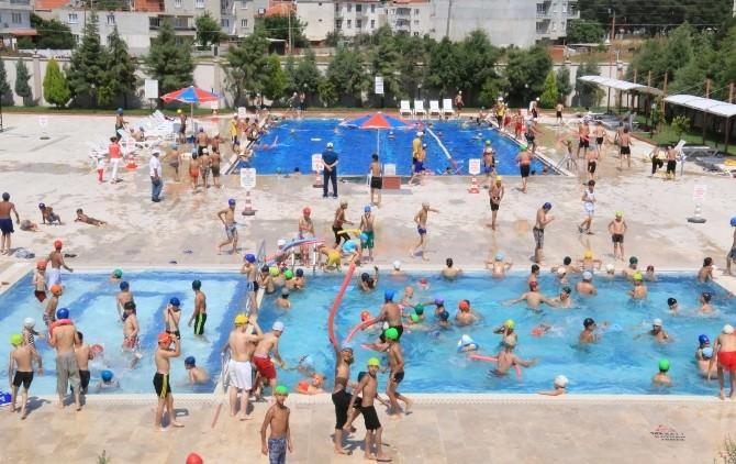 Saruhanlı'da Öğrenciler Karne Sevincini Havuzda Kutladı