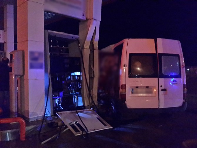 Yozgat'ta Kırmızı Işık İhlali Yapan Minibüs Akaryakıt Pompasına Çarparak Durabildi
