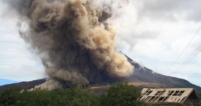 Sinabung Yanardağı'nda kırmızı alarm verildi