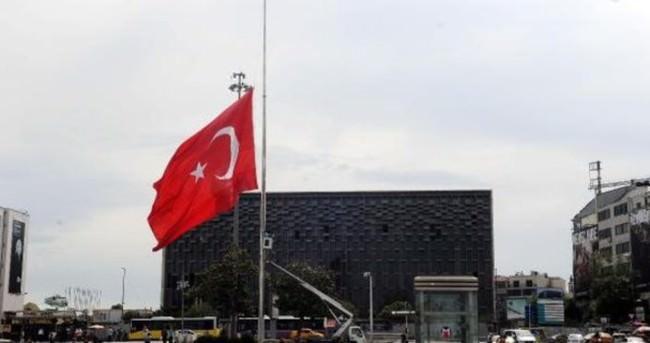 Taksim'de bayrak yarıya indirildi