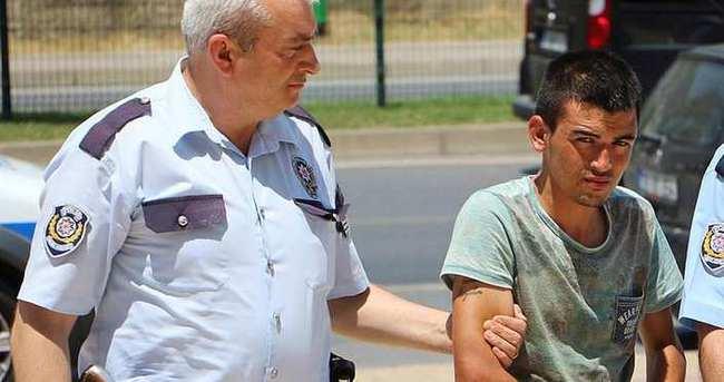 Alman turistin boğazına ustura dayayıp gasp etti