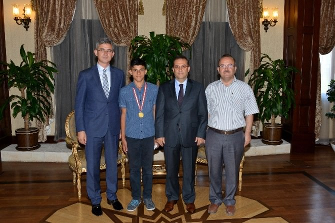 Vali Türker Başarılı Golfçüyü Kutladı
