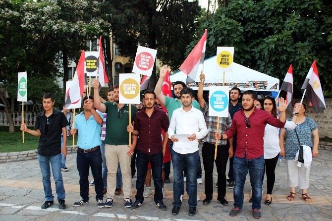 AK Gençlerden 'Mursi' Protestosu