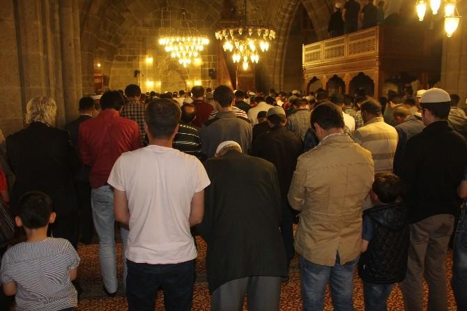 Erzurum'da İlk Teravih Namazı Kılındı