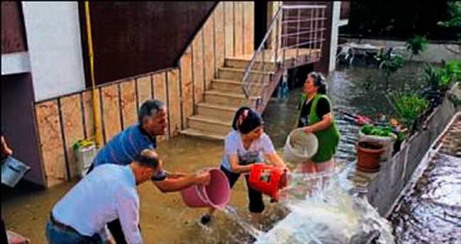 Balıkesir'de sağanak yağış hayatı etkiledi