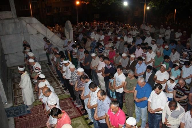 Bursalılar İlk Teravih Namazını Yıldızların Altında Kıldı