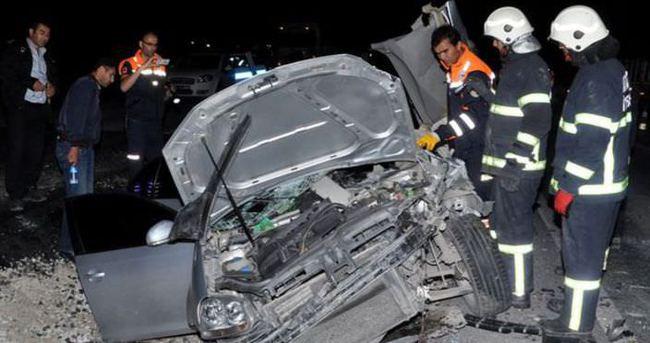 Otomobil TIR'a arkadan çarptı