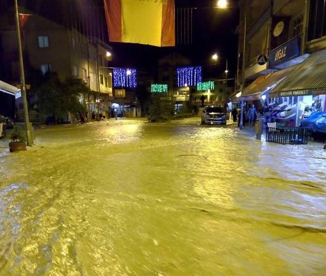Bartın'da İşyerlerini Su Bastı, Alt Ve Üst Yapı Hasar Gördü