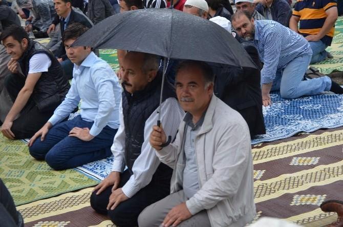 Ramazan Ayının İlk Cuma Namazı Yağmur Altında Kılındı