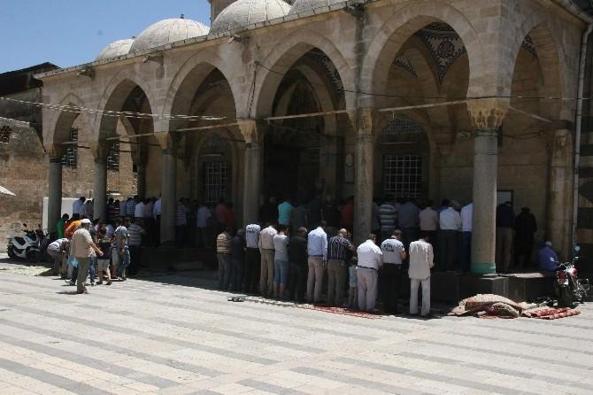 Ramazanın İlk Cuma Namazında, Cemaat Camilere Sığmadı