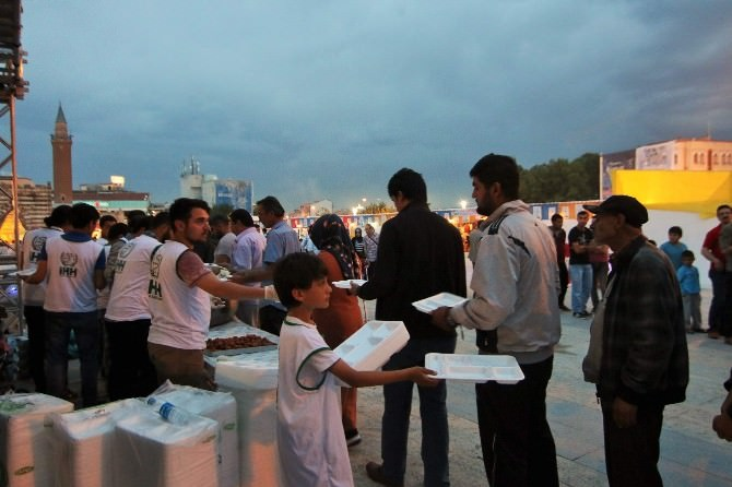 Kırşehirliler İlk İftarı Cacabey Meydanında Açtı