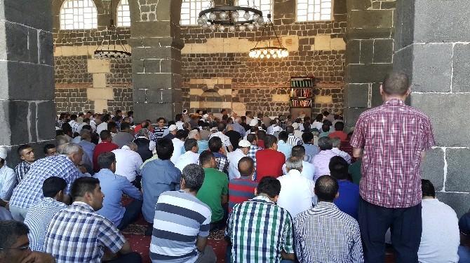Diyarbakır'da Vatandaşlar Camilere Akın Etti