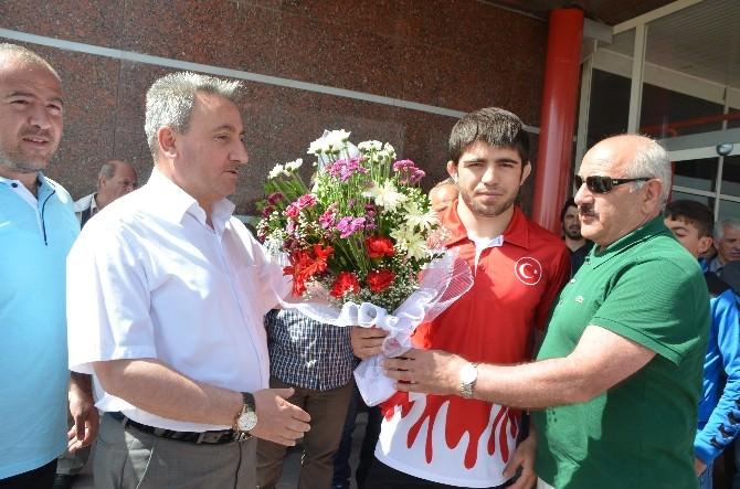 Avrupa Oyunları Üçüncüsü Yakup Gör, Çiçeklerle Karşılandı